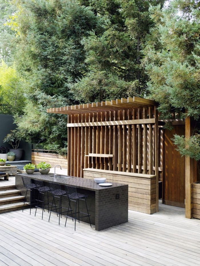 îlot central gris anthracite chaises de bar aménagement extérieur cuisine d été en bois revêtement terrasse en bois blanc