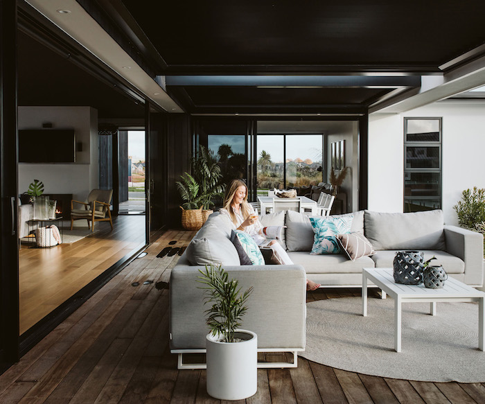 01 plafond noir design d intérieur moderne et luxueux tendances 2020 femme assise dans un canapé en angle gris