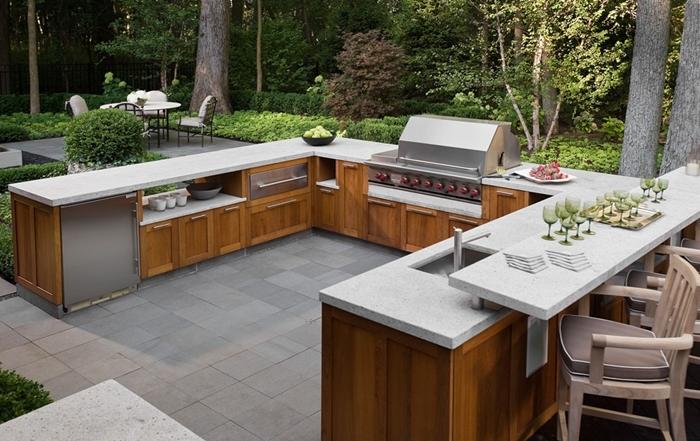 agencement cuisine d été avec bar en forme de u mebles extérieur armoires bois plan de travail blanc équipement cuisine inox