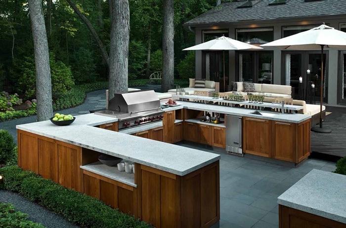 agencement extérieure cuisine en forme de u avec îlot plan de travail cuisine extérieure pierre blanche meubles armoires bois
