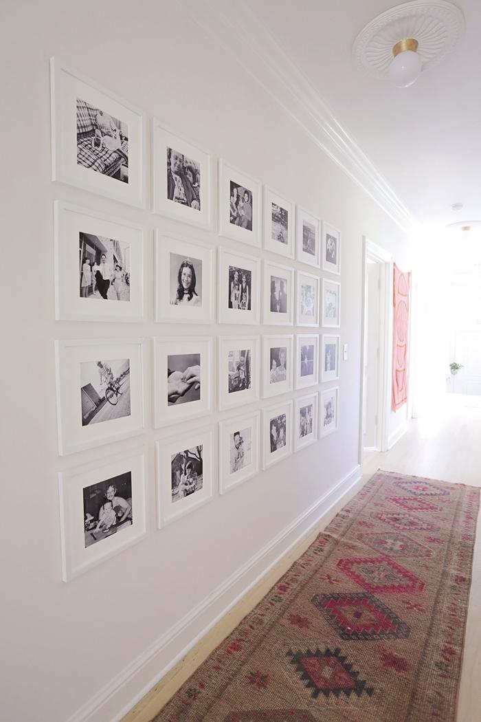 aménagement couloir peinture murale blanche habiller un mur avec cadres photos blancs photos blanc et noir famille