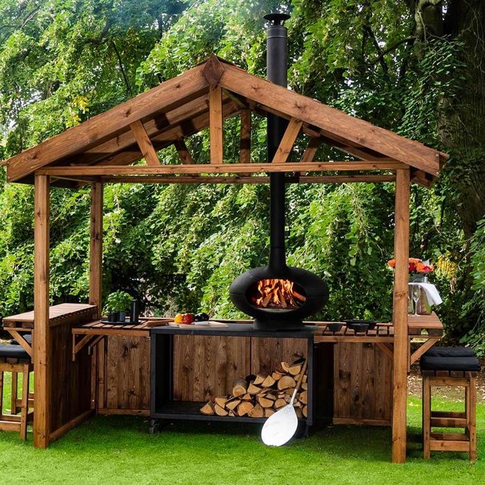 aménagement cuisine exterieure de style rustique couverte avec toit en poutres bois foncé déco cuisine noir et bois