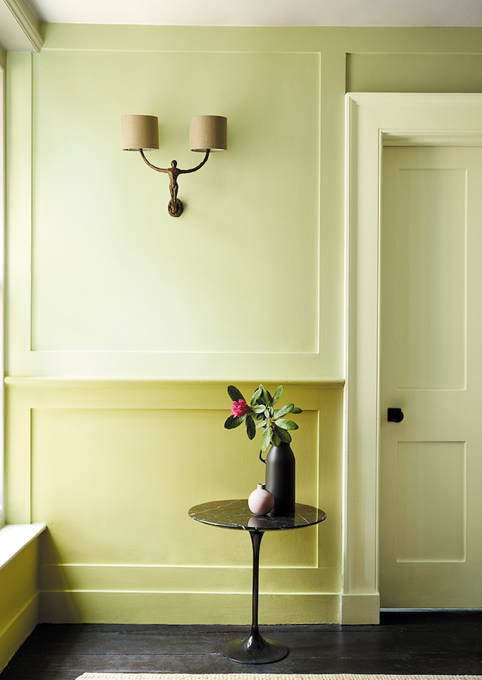 aménagement couloir style minimaliste avec soubassement jaune et peinture mur et portes blanc jaunatre pour agrandir la pièce