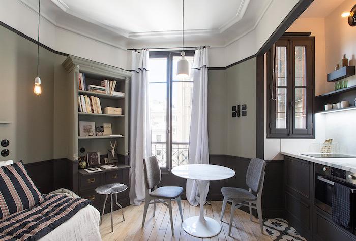 aménagement petit appartement studio 20m2 en gris clair et gris anthracite parquet bois vrute cuisine gris anthracite rideaux blancs transparents