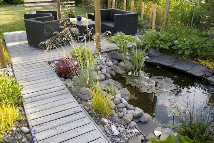 amenagement pation exterieur salon de jardin avec bassin exterieur entouré de pierres et des végétaux simples chemin de jardin en bois