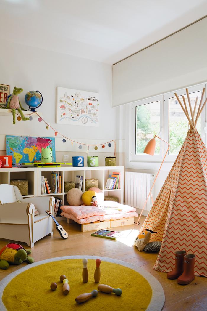 amenagement salle de jeu meuble de rangement enfant tipi coloré tapis ronde jaune guirlande décorative