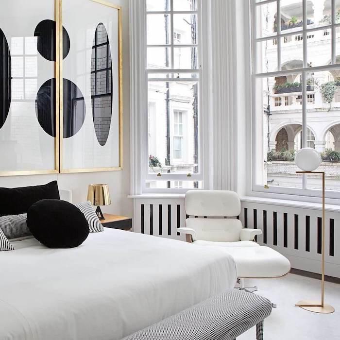 appartement parisien style art deco avec matelas blanc coussins noir et blanc déco murale art abstraite dans encadrement doré grandes fenetres