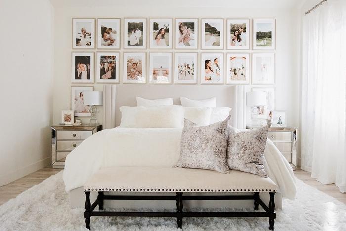 banquette blanc et noir coussins décoratifs photos famille décoration murale chambre adulte lampe de chevet blanche