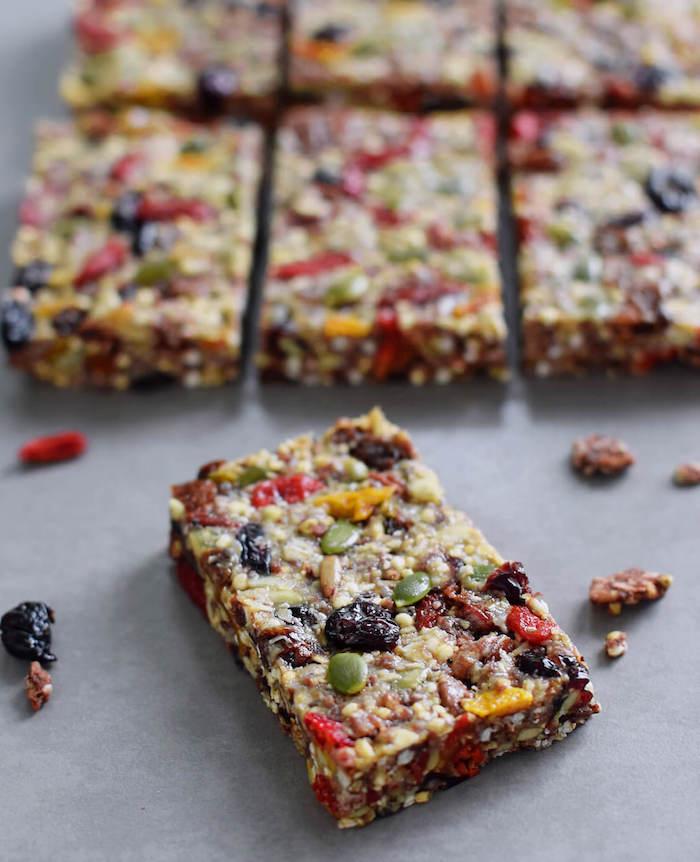 barre protéinée maison au quinoa graines de lin de potiron de tournesol goji berry et autres fruits secs