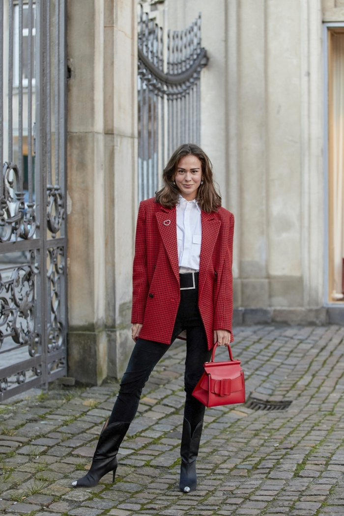 blazer oversize rouge veste xxl femme pantalon slim noir look automne 2020 sac à main cuir rouge chemise blanche
