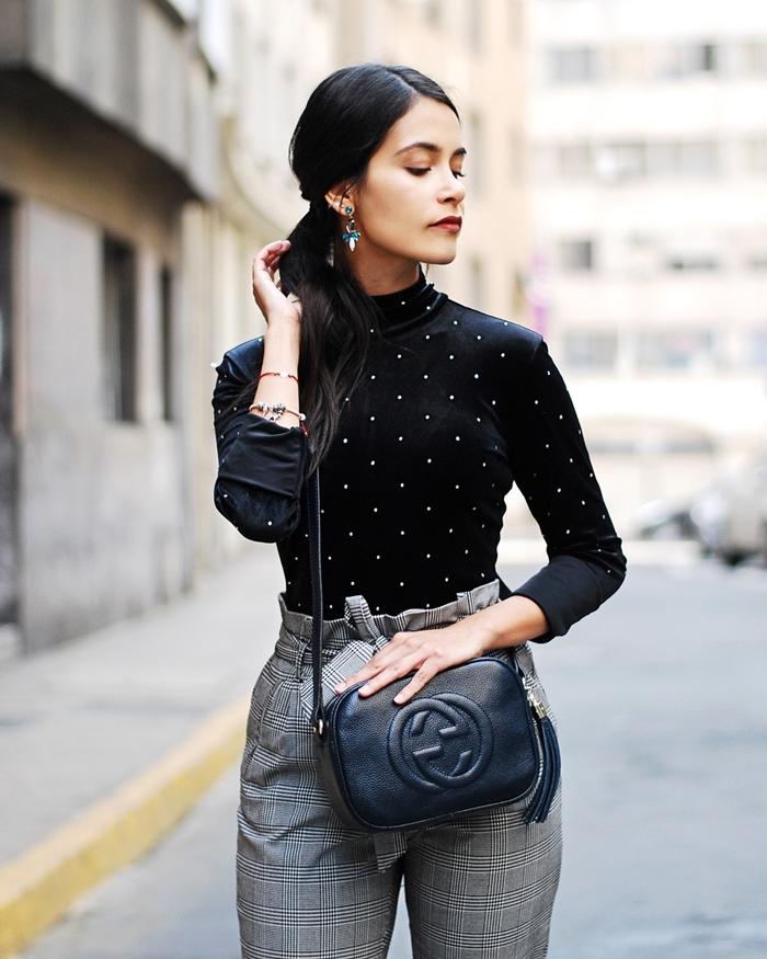 blouse noire perles blanches boucles d oreilles turquoise et or motif tartan vêtements style vestimentaire femme pantalon taille haute gris carreaux