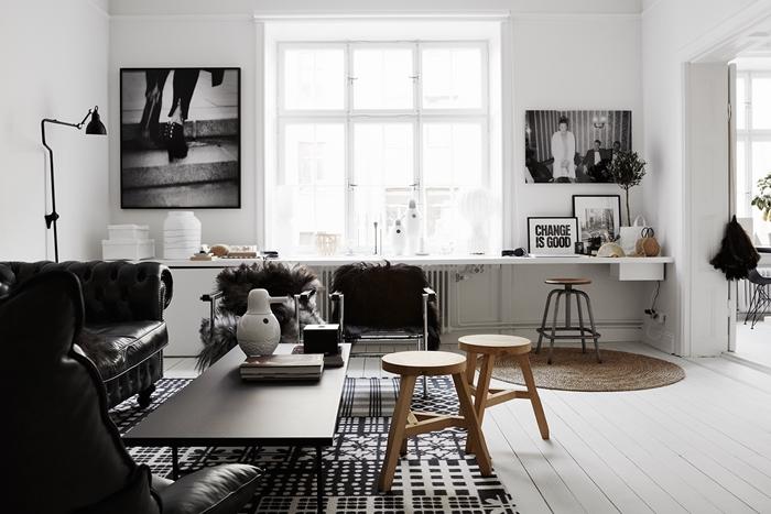 cadre noir et blanc décoration salon table bois basse tapis jute canapé cuir noir plaid fausse fourrure gris et marron