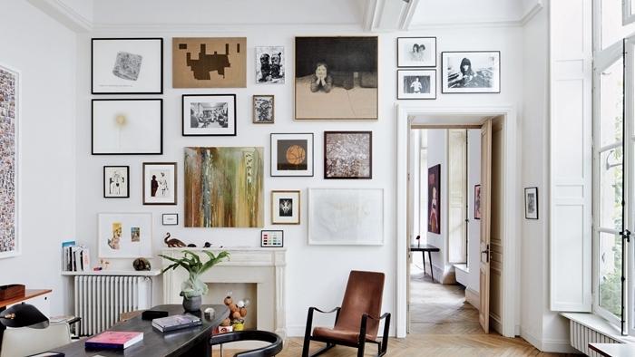 cadre photo original chaise marron table bureau noire décoration mur blanc design intérieur cheminée décorative cadre noir
