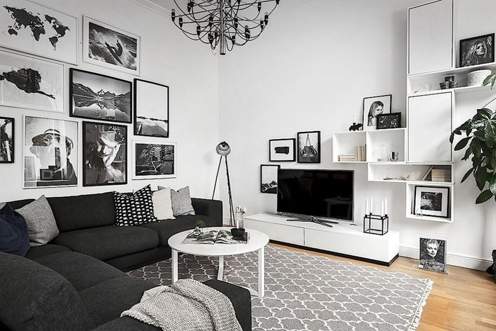 canapé d angle gris anthracite coussins décoratifs lampe sur pied métal deco chambre noir et blanc mur de cadres photos