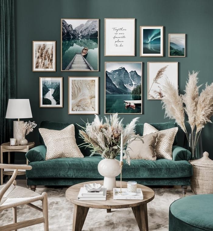 canapé velours vert foncé table basse bois vase blanc decoration mur interieur salon chaise bois lampe blanche panier tressé