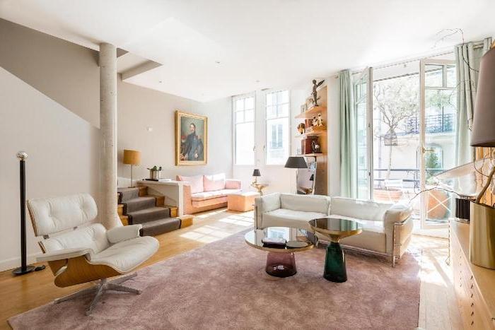 canapé et fauteuil blanc tables basses design0unique tapis rose canapé rose poudré murs blancs decoration artistique