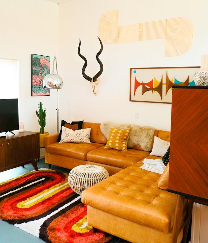 canapé marron en cuir tapis coloré style shag murs blancs décorés d art pshychadélique idee meuble année 70