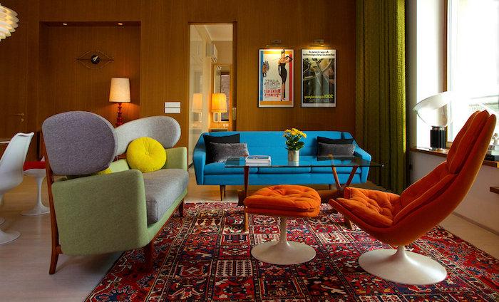 canapés colorés aux formes arrondies fauteuil oeuf ctapis coloré oriental murs de bois fleurs en pot