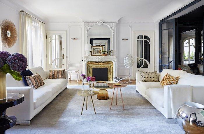 canapéspblancs tapis gris cheminée et table basse laiton murs aux moulues originales deco appartement haussmannien