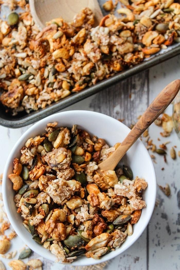 céréales maisoni dée de petit déjeuner sain aux noix graines flocons de noix de coco sirop d erable huile de coco et bananes séchées
