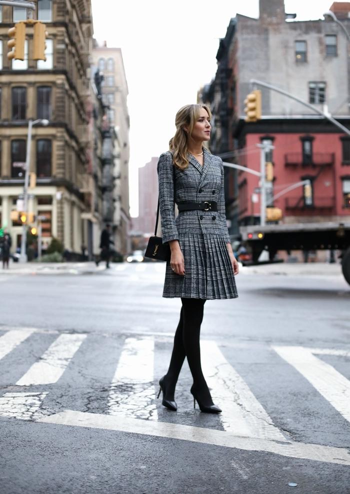 chaussures à talons noires ensemble vêtements femme style vestimentaire élégant jupe plissée motif prince de galles