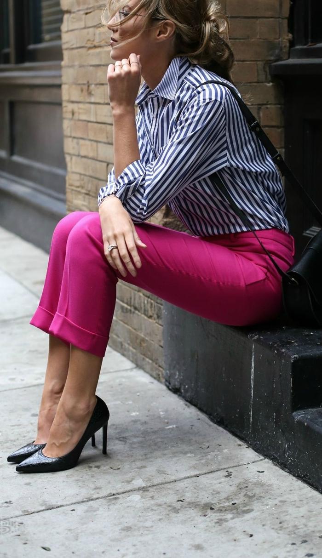 chaussures à talons noires pantalon rose fuschia longueur cheville tendance automne hiver 2020 chemise blanc et bleu motifs rayures