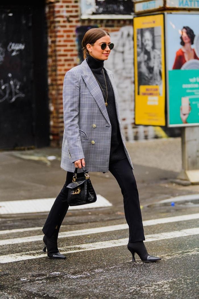 chaussures à talons noirs pantalon slim noir pull tendance mode 2020 blazer motifs rayures boutons dorés sac à main mock croc cuir