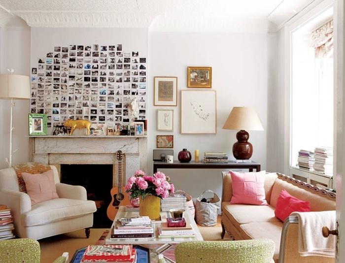cheminée marbre fauteuil blanc lampe sur pied blanche canapé beige decoration murale interieur avec photos polaroid