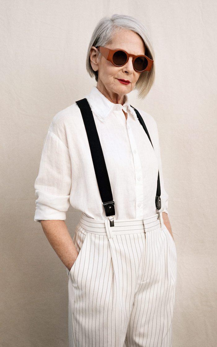 chemise blanche et pantalon blacn à rayures noires fines et bretelles idée look moderne femme 60 ans coupe carré femme 60 ans