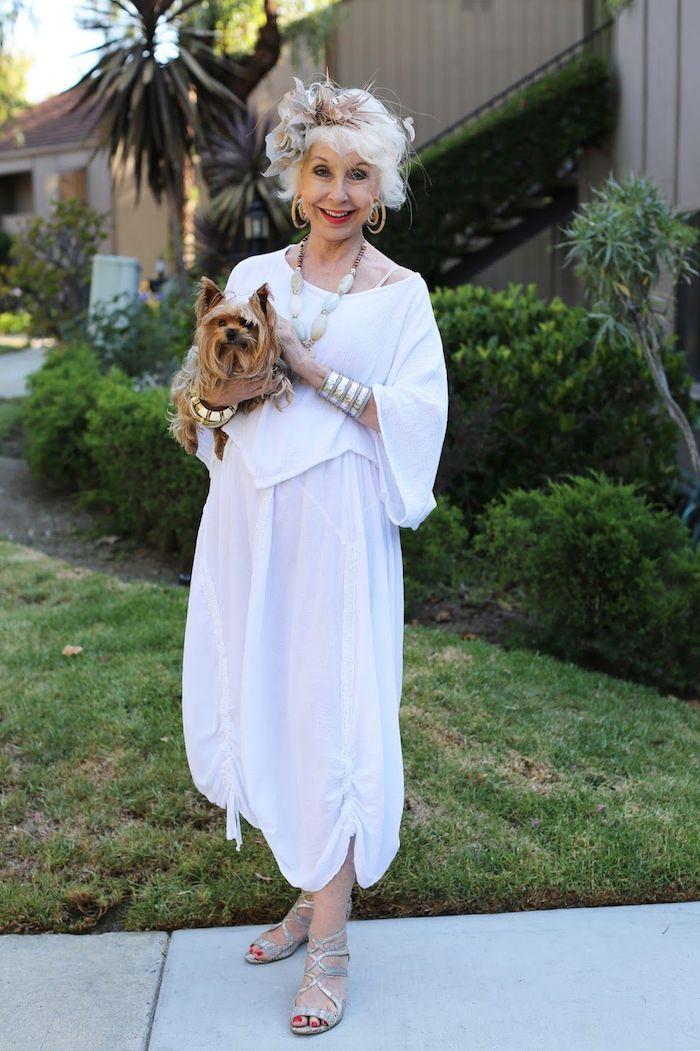 chemise femme blanche et des pantalons legers évasés de couleurs blanche garde robe idéale femme 70 ans
