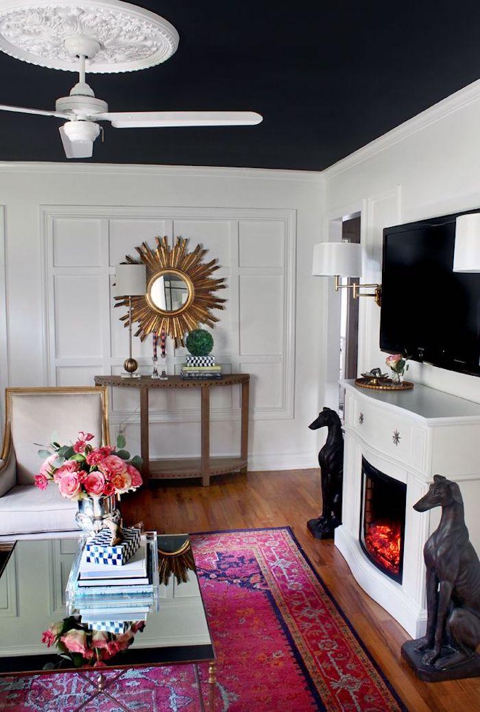 chic vase avec roses sur la table basse de salon cheminée decoration plafond couleur maison inspiration style intérieur tapis rose mur penture blanche et plafond blanc et noir