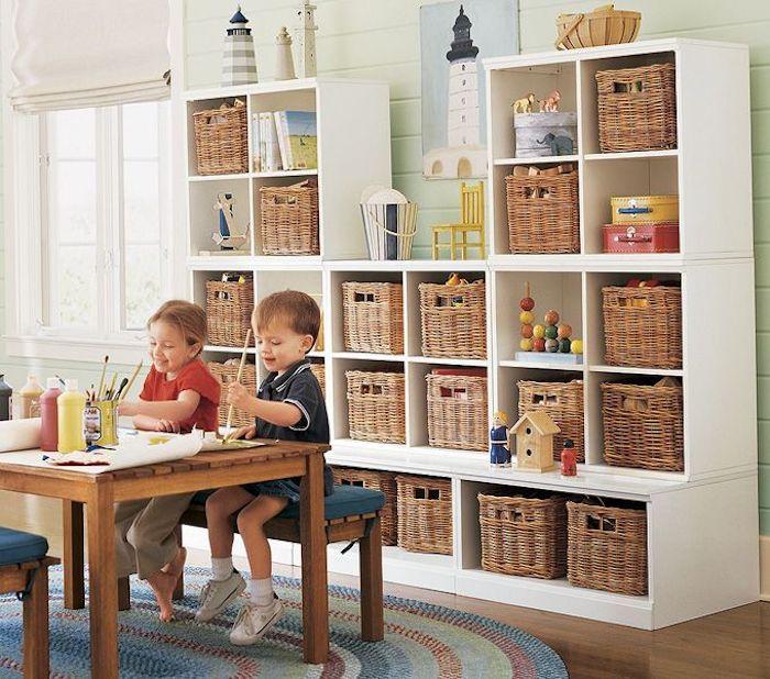 chouette idée comment garder les enfants actifs peinture chambre table bois salle de jeux maison meuble rangement enfant chambre