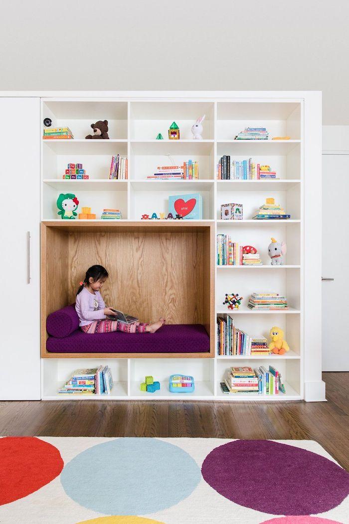 coin dans la bibliotheque pour lire amenagement salle de jeu meuble de rangement enfant heureux