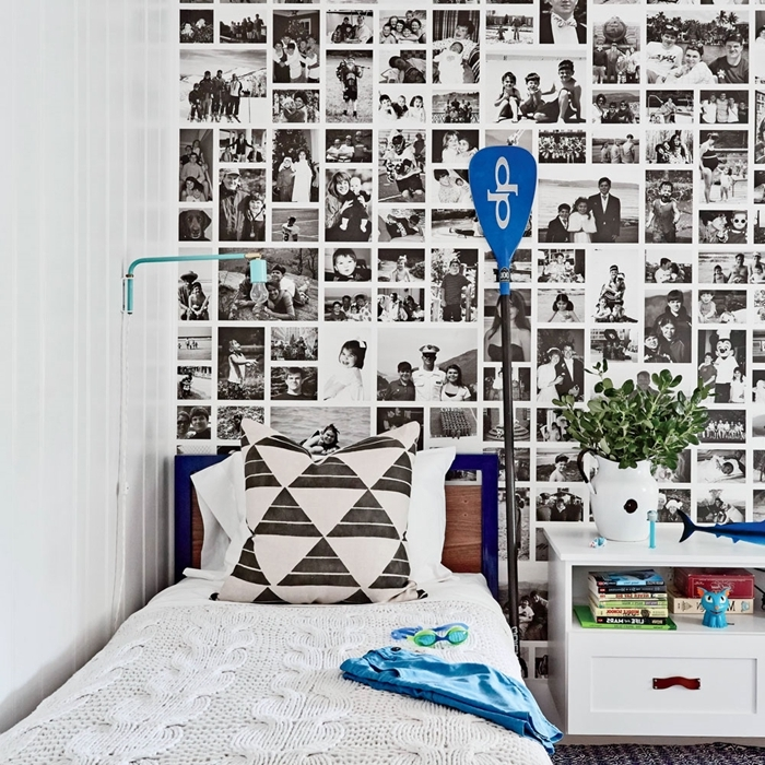 collage photos blanc et noir sur mur cadre lit enfant tête de lit bois meuble de chevet blanc décoration murale chambre