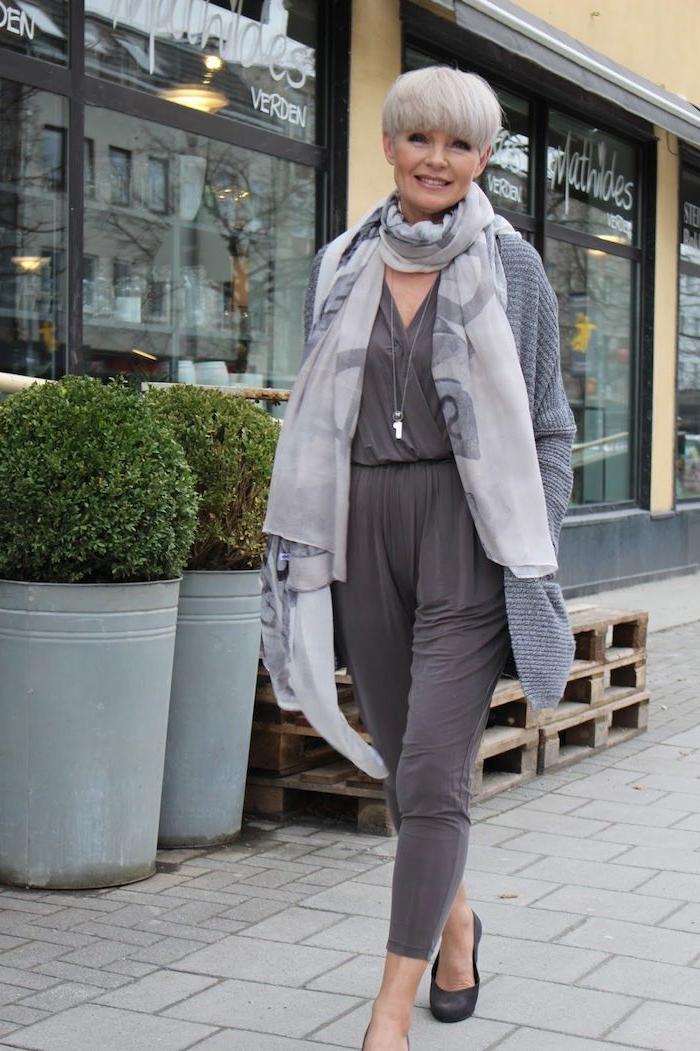 combinaison femme gris avec écharpe grise idée garde robe idéale femme 60 ans avec coupe courte femme 60 ans