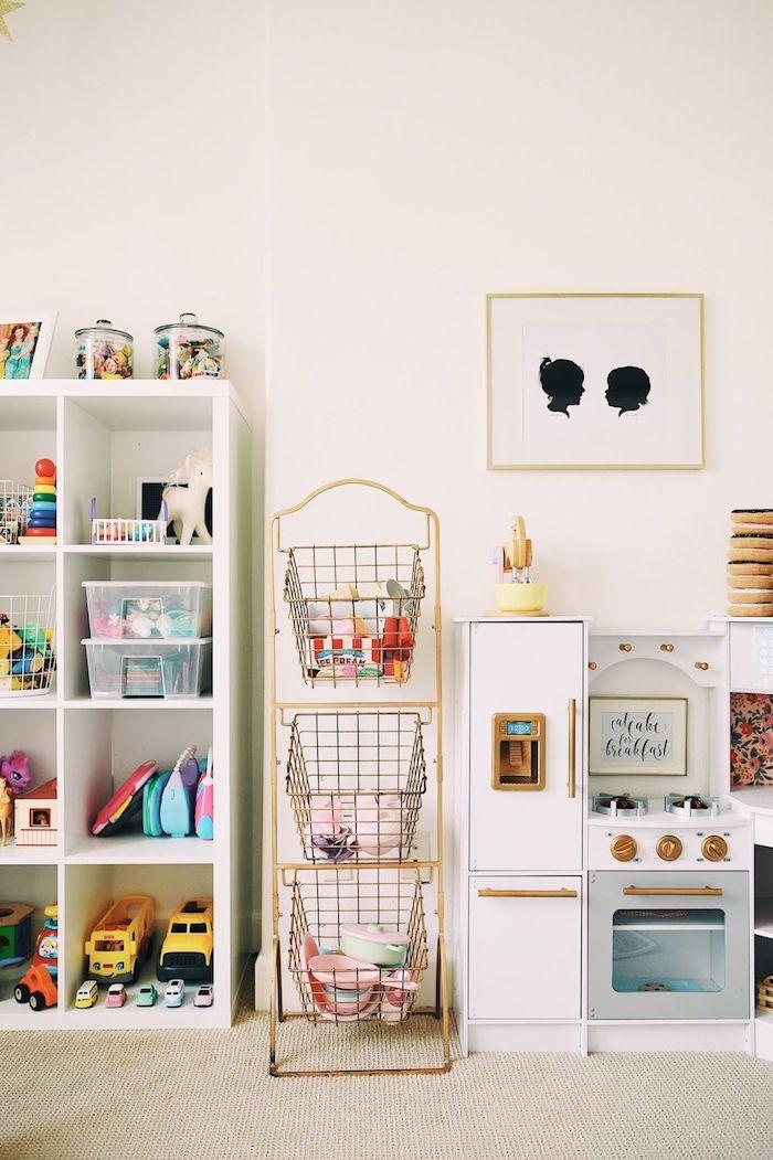 comment bien ranger les jouets dans une pièce de jeux blanche peinture salle de jeux meuble de rangement jouet décoration jolie
