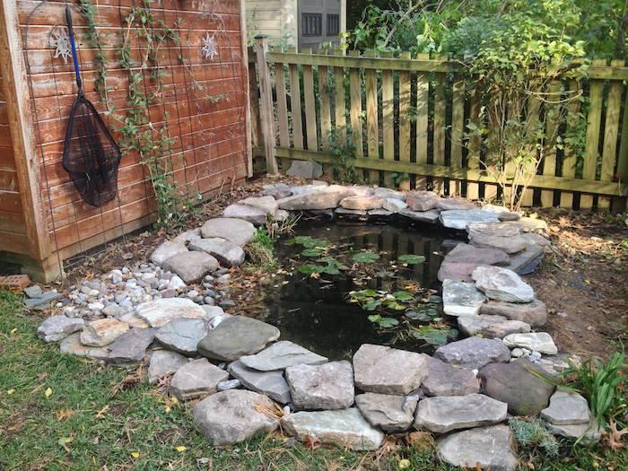 comment construire un petit bassin soi meme dans le jardin arriere cour idee de bassin entourée de pierres