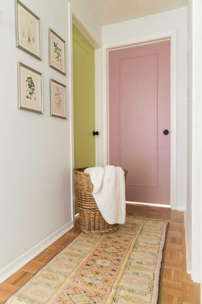 comment peindre un couloir aux multiples portes idée déco couloir blanc aux portes jaune et rose avec panier tressé de rangement