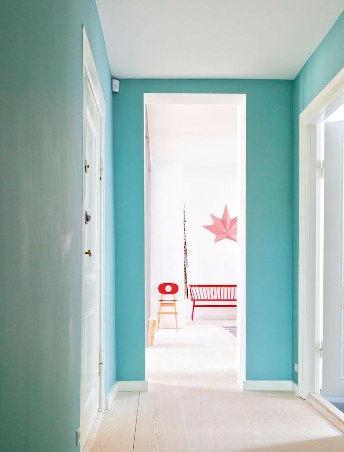 comment peindre un couloir aux multiples portes murs couleur bleu coel et portes blanches parquet bois clair idee deco petit appartement