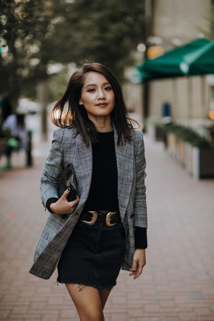 comment s habiller aujourd hui jupe courte noire ceinture cuir noir blouse noire blazer femme motifs carreaux en gris clair