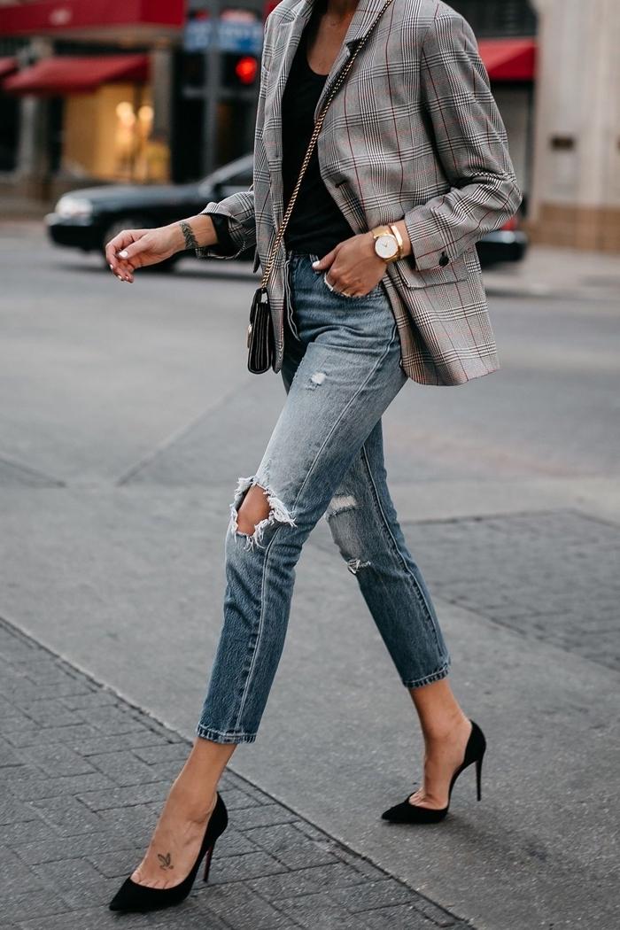 comment s habiller pour un entretien jeans troués femme blouse noire blazer gris motifs carreaux sac bandoulière montre or