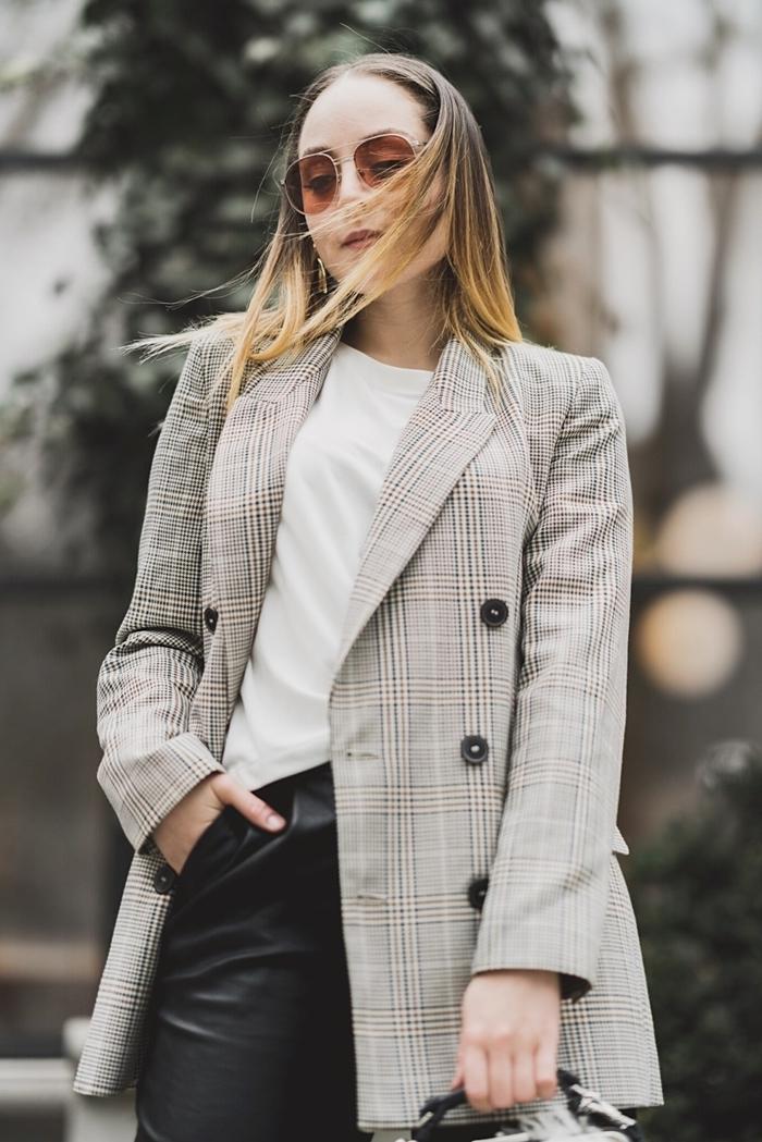 comment s habiller pour un entretien pantalon cuir noir blouse blanche lunettes de soleil boucles d oreilles blazer gris clair femme