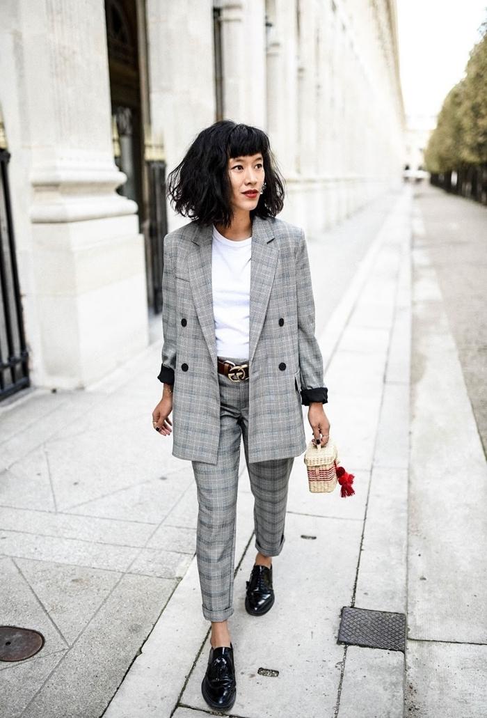 costume prince de galles femme blazer gris clair motifs carreaux pantalon longueur cheville ceinture cuir marron t shirt blanc