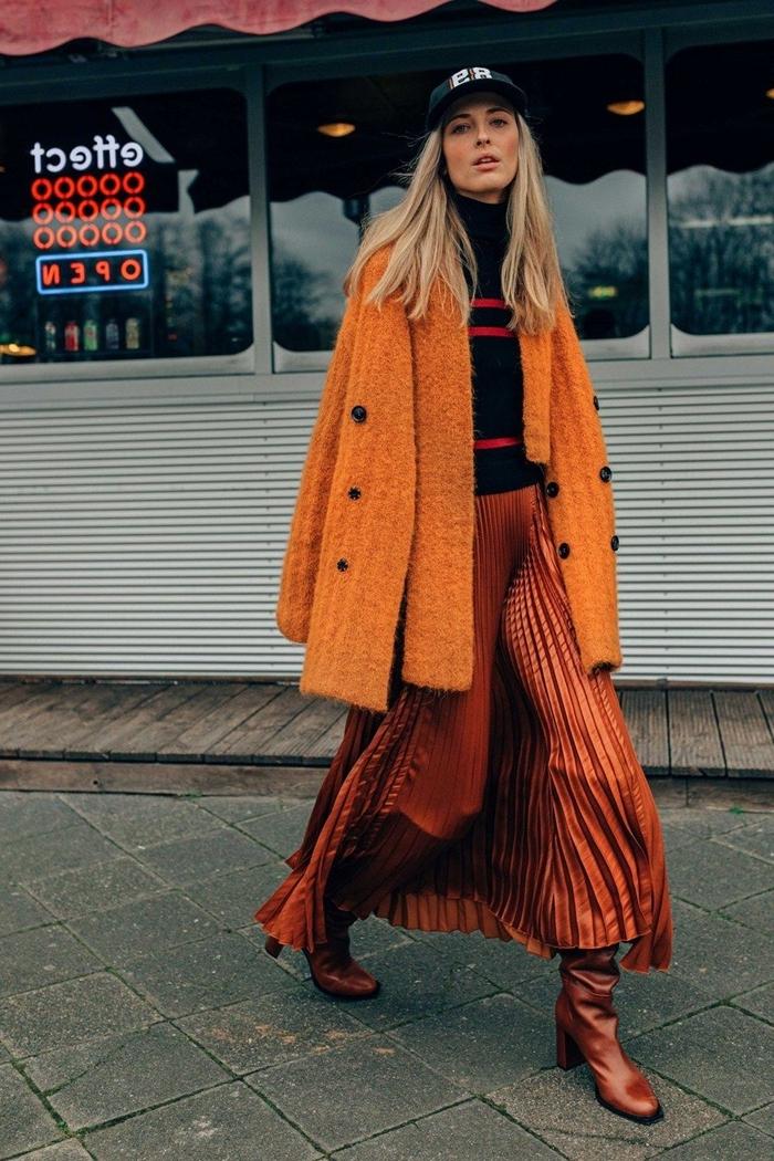 couleur automne 2020 manteau orange boutons noirs pull noir rayures rouge jupe longue fluide plissée couleur chocolat