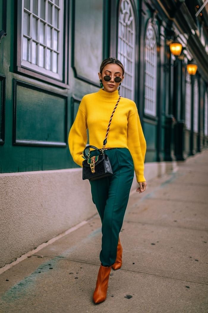 couleur automne 2020 pantalon fluide vert foncé bottines cuir camel talons pull jaune manches bouffantes sac bandoulière cuir noir
