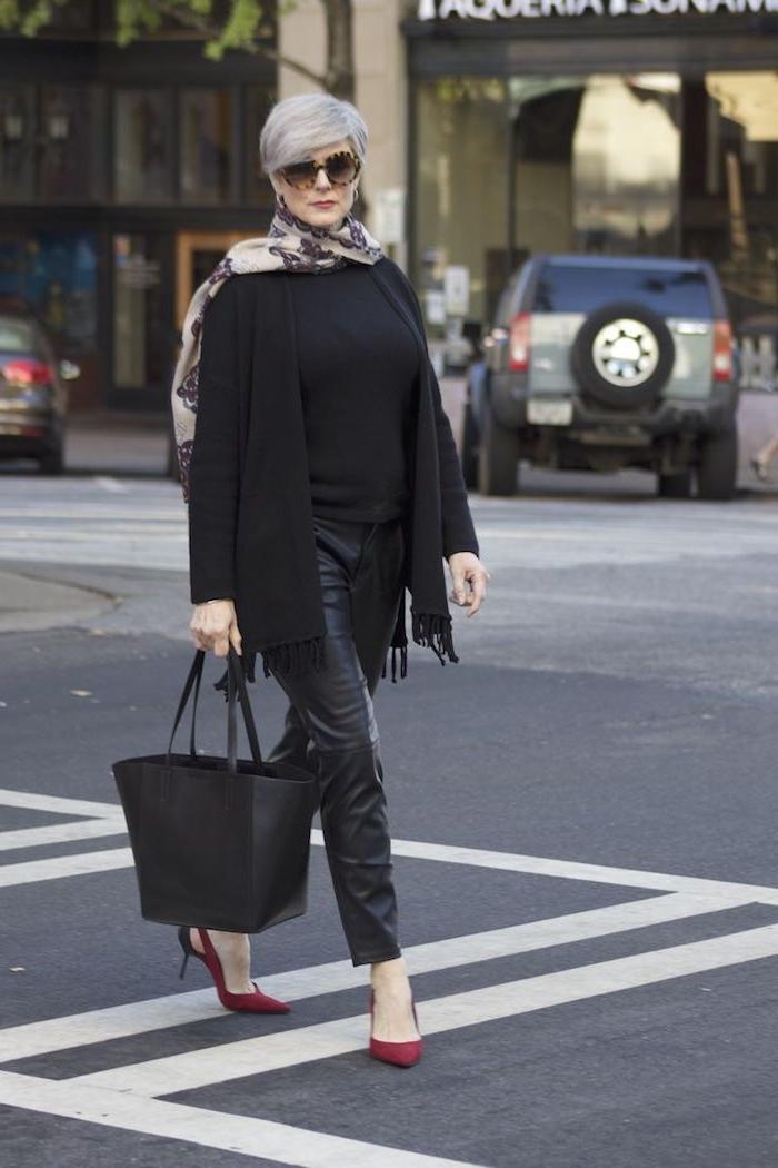 coupe de cheveux court femme 60 ans avec pantalon cuir noir blouse noire et veste noire chaussures talon rouges sac à main noir