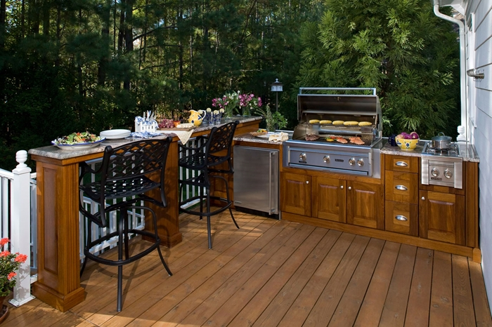 cuisine d été avec bar revêtement de terrasse en bois chaises de bar métal noirci agencement de cuisine en l avec îlot