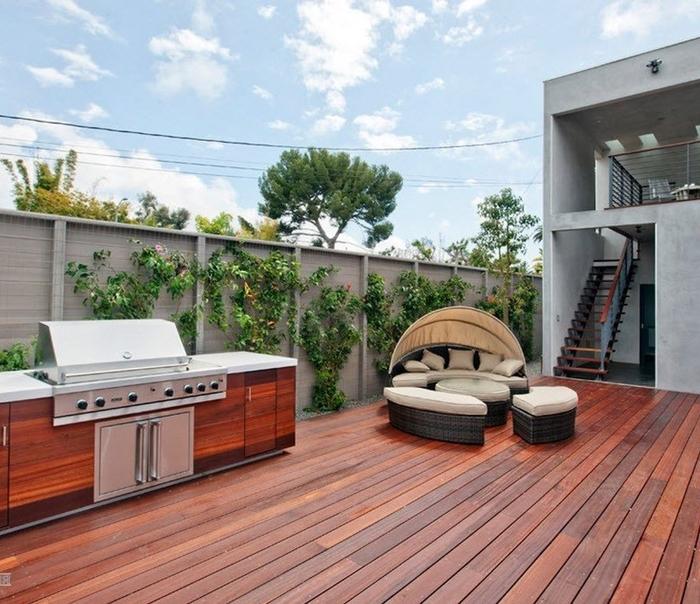 cuisine d été en bois extérieur design style moderne revêtement de sol en bois marron cuisine en longueur étroite meuble bois marron