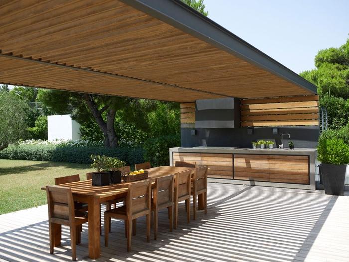cuisine d été en bois panneaux bois crédence gris anthracite armoires bois plan de travail aspect béton déco moderne extérieure