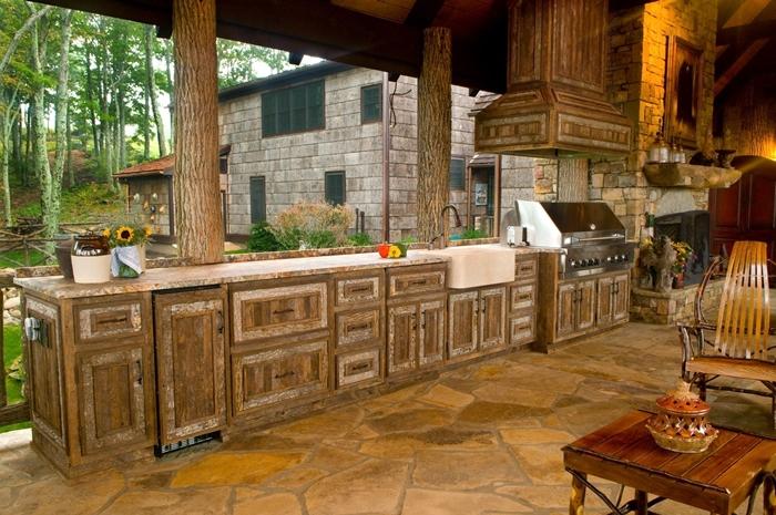 cuisine d ete exterieur provencale décoration cuisine en longueur ouverte meubles bas armoires bois foncé plan de travail pierre